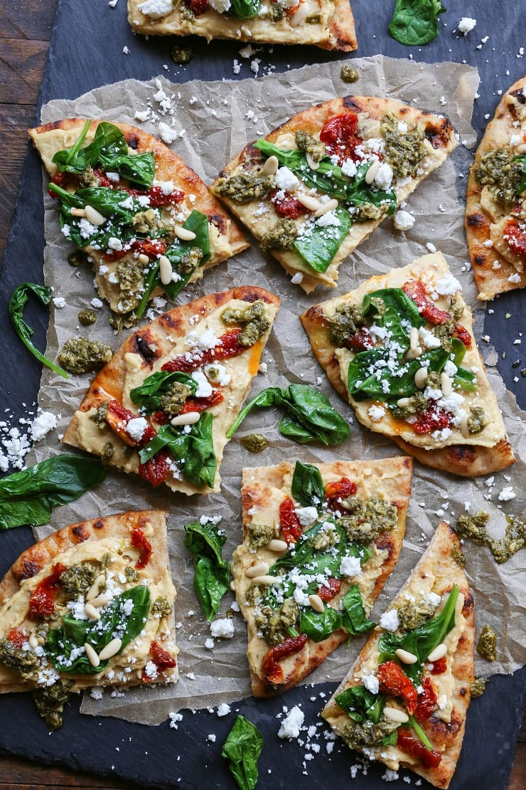 HUMMUS FLATBREAD WITH SUN-DRIED TOMATOES & PESTO #vegetarian #dinner #broccoli #tomato #easy