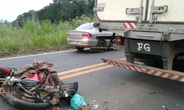 Motociclista ao bater de frente com caminhão durante ultrapassagem BR 364