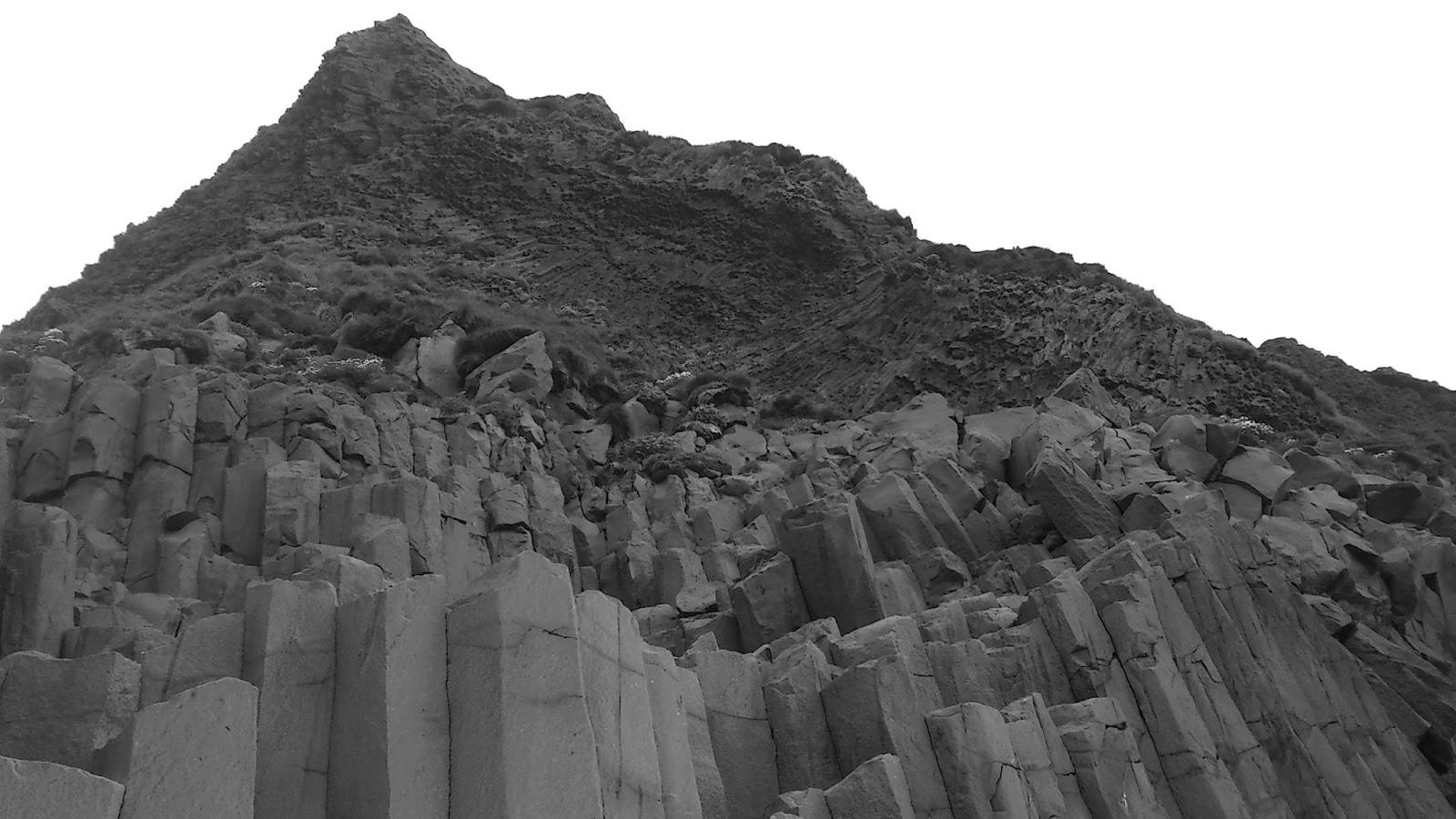 Reynisfjara, czarna plaża, islandzka plaża, Islandia, bazaltowe kolumny, bazaltowe słupy Islandia