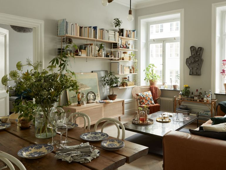 Salón de apartamento moderno decorado con un estilo vintage