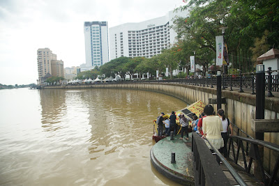 Peserta siap menyeberang Sungai Sarawak menuju kampung Boyan