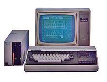 El SPC-1000 fue el primer ordenador personal de Samsung. Se puso a la venta en 1982 y empleaba casetes para guardar datos.