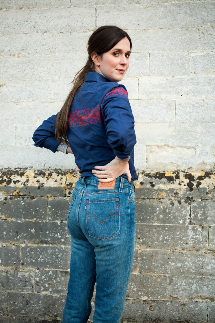 Outfit: Levi's Wedgie fit jeans, embroidered shirt