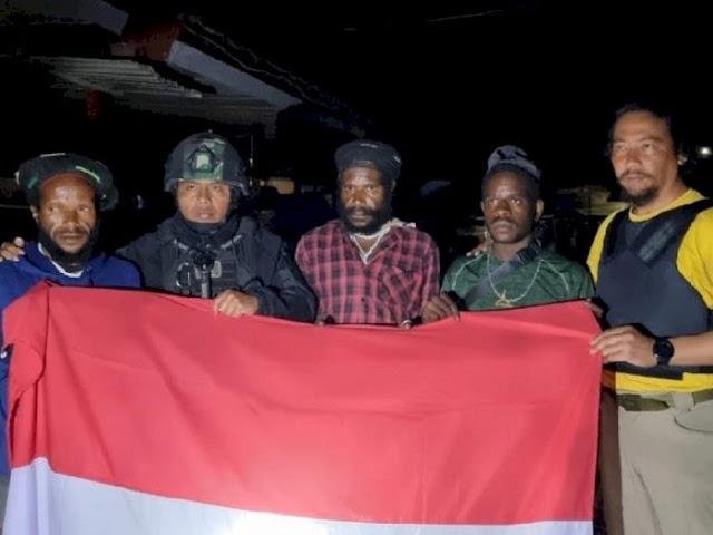 Terus Digempur Satgas, 3 Anggota KKB Papua Menyerah, Lalu Foto Pegang Bendera Merah Putih