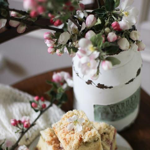 Ciasto jogurtowe z rabarbarem, truskawkami i kruszonką