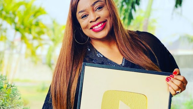 Youtube Awards Sinach A Gold Plaque For Surpassing 1 Million Subscribers!