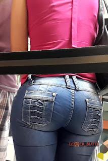 Bella morena cola redonda usando pantalones pegados