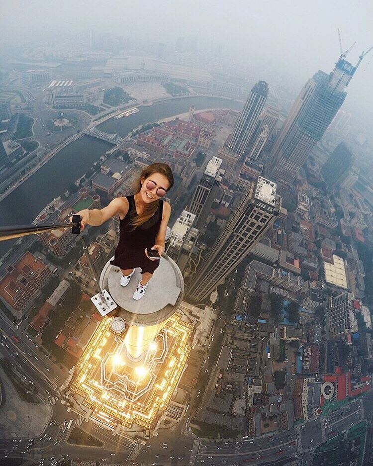 تلتقط سلفى اعلى المبنى