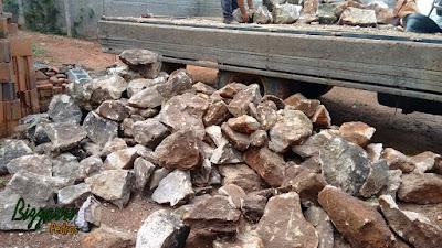 Pedra para construção de gruta, com esse tipo de pedra moledo com cores variadas e tamanho variados até 50 cm.
