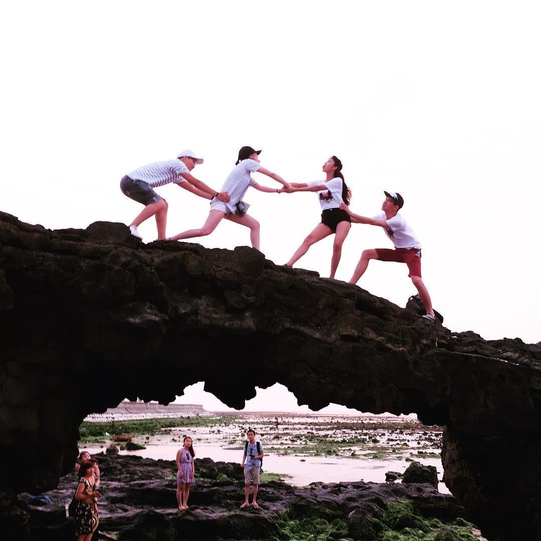 Cổng Tò Vò được hình thành từ nham thạch núi lửa, là kết quả của hàng triệu năm núi lửa hoạt động tại đây. Quanh Cổng Tò Vò là những bãi đá ...