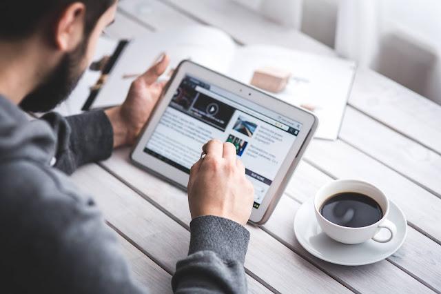 Man Reading, teacher, Touch screen, Blog, Digital, Tablet