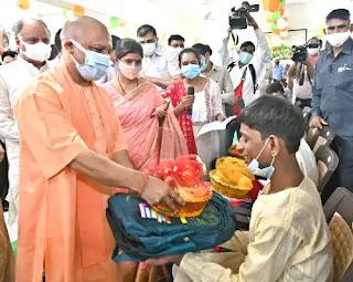 दिव्यांगजन के प्रति हमारा दृष्टिकोण अत्यन्त संवेदनापूर्ण एवं मानवीय होना चाहिए : मुख्यमंत्री योगी
