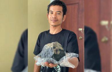 Josua Hutagalung Jadi Pemberitaan Luar Negeri, Meteorit yang Jatuh di Rumahnya Dibeli Bule Rp200 Juta
