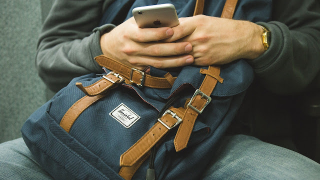 Drama tertinggal beg tangan sebab leka tengok skrin telefon pintar