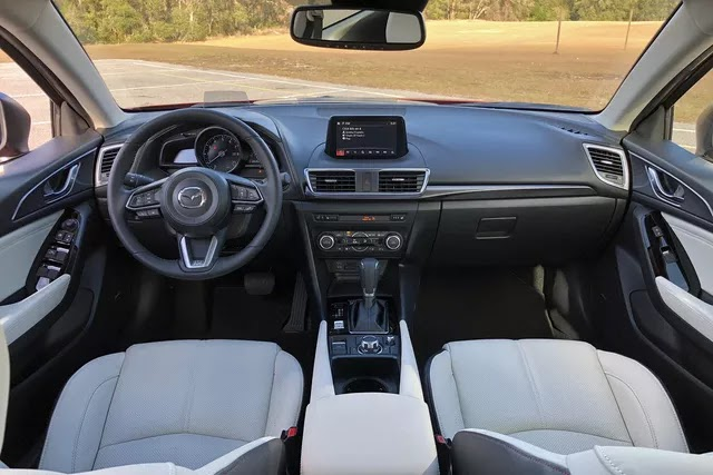 Có 750 triệu, mua mới Mazda3 2.0 form cũ hay 'Bentley của người Mỹ' đã 12 năm tuổi
