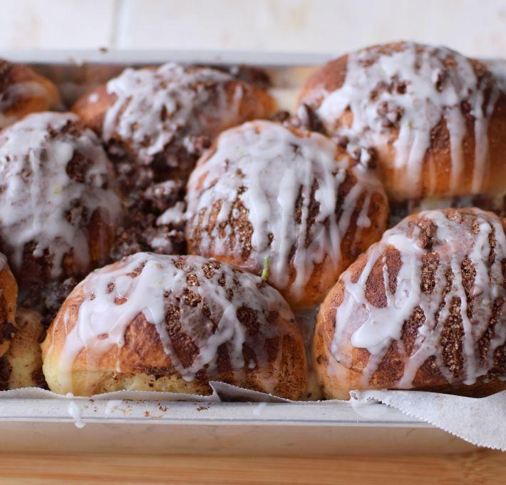 Pan en bolitas con chocolate, detalle del glaseado de chocolate y la textura de la superficie