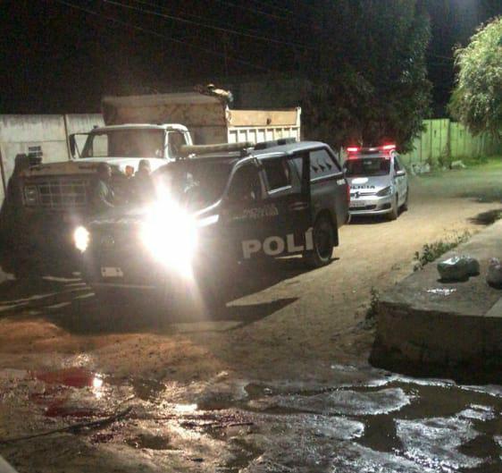 Troca de tiros entre polícia e criminosos termina com um morto, dois feridos e três detidos, em Santa Cruz do Capibaribe