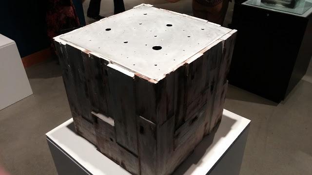Cube on pedistals