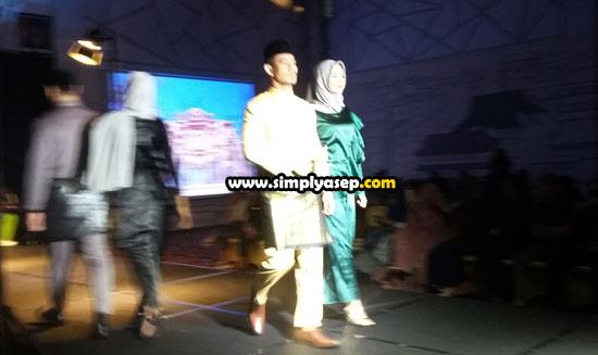 CATWALK : Beberapa model menampilkan produk Ndastila Paduka yang sarat nuansa Melayu Pontianak dalam launching PADUKA di BallRoom Hotel Ibis Pontianakk Jumat (3/5). Foto Asep Haryono