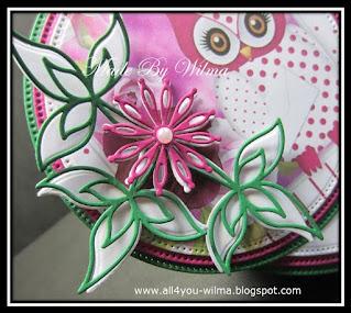 Close-up van het felicitatie- wiebel- of schommelkaartje met een uiltje, bloemen en blaadjes voor Marjo. A close-up from the congratulatory, wobble or swing card with an owl, flowers and leaves for Marjo.