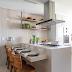 Cozinha branca com ilha, tijolinhos, prateleiras e marcenaria clássica!