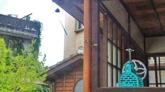 Swan鵝牌極致鵝絨日式刨冰 鵝絨雪花冰 Swan鵝牌原廠抗UV冰旗 手動鵝絨冰機:昭和年間復刻款,操作省力產能大 適合媒體曝光、活動展示 質地耐用度遠高於hatsuyuki 初雪-swan-kakigori-ice-shaving-machine-SI-3B-TW-in-kitchen-Japanese-wooden-house