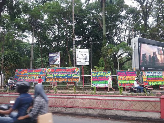 Masyarakat Siantar melihat barisan papan bunga di Jln. Sudirman kota Pematangsiantar, Senin (1/5/2017). - Foto: Tagor Leo / Lintaspublik.com