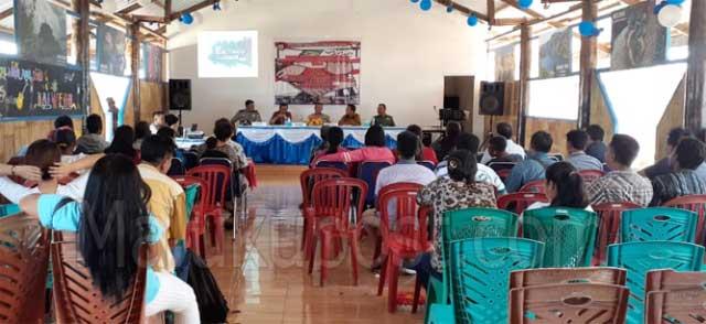 Tiakur, Malukupost.com - Satuan Binmas Polres Maluku Barat Daya (MBD) menggelar Focus Group Discussion (FGD) dengan tema wawasan kebangsaan dan pencegahaan paham radikalisme di kabupaten MBD bersama masyarakat , tokoh agama dan tokoh pemuda.     Kegiatan FGD yang digelar di cafe koli, Kamis (31/10), dibuka secara resmi oleh Waka Polres MBD, Kompol F. G. Horsair yang juga merupakan narasumber bersama Kepala Badan Kesbangpol Kabupaten MBD, O. Sainunu, Pabung TNI Koramil 1507-04, Mayor Inf. H . Taborat dan Kepala Kementrian Agama Kab MBD yang diwakili oleh Kepala Seksi Urusan Agama Kristen, Alfaris Wariunsora.
