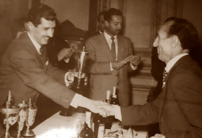 Antonio Rico, recogiendo el trofeo del Banco Central