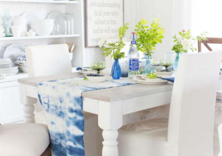 Una mesa de verano en blanco y azul índigo