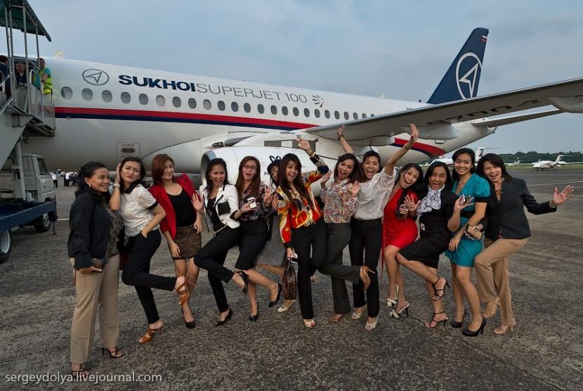 Foto Pramugari Pesawat Sukhoi Superjet 100