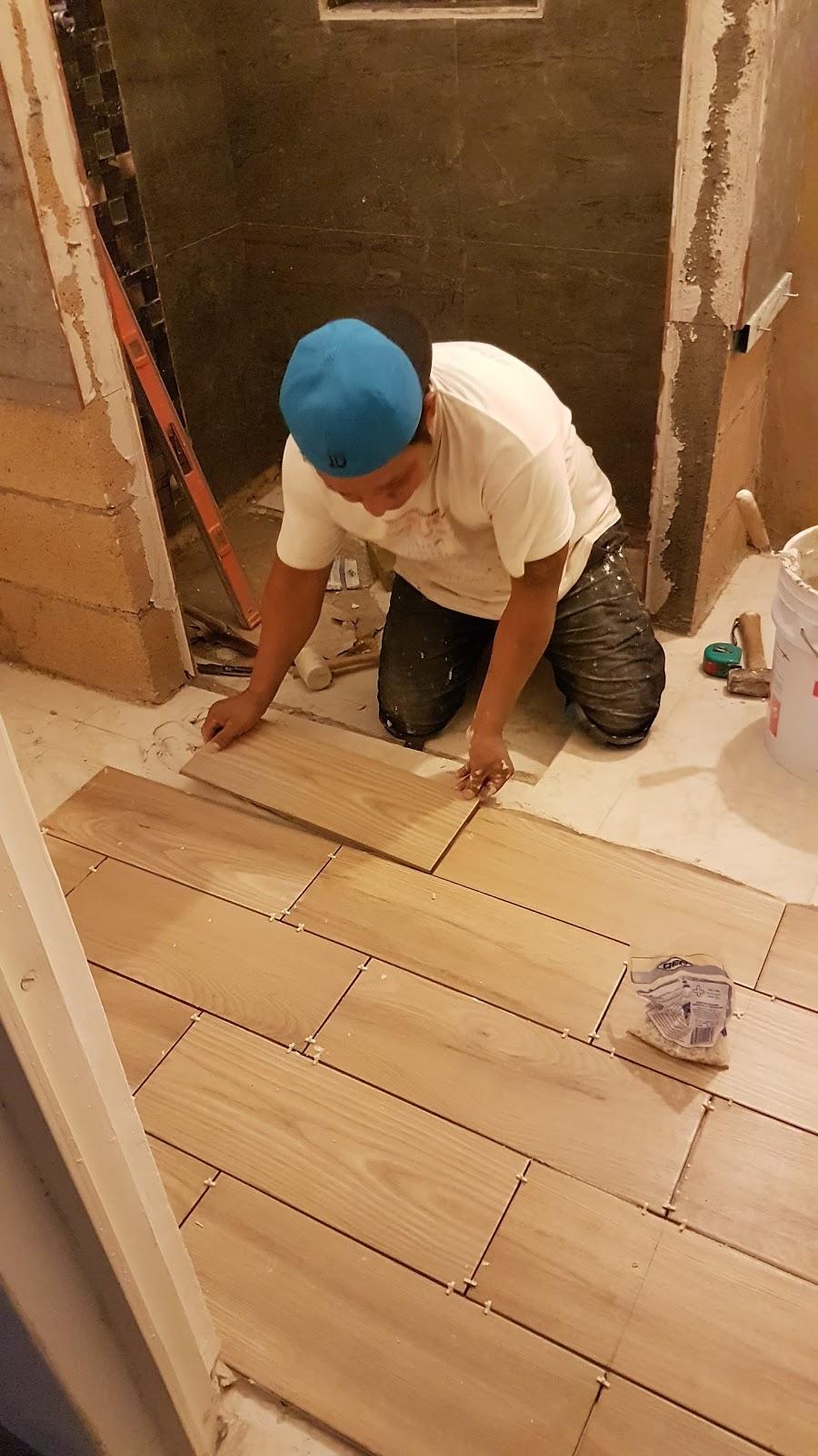 Mr repara remodelaci n de ba o en casa santa fe for Ceramica tipo madera