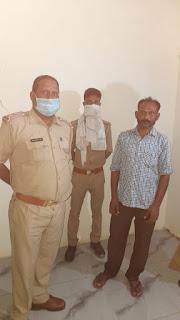 जालौन पुलिस द्वारा अवैध देशी शराब के साथ अभियुक्त गिरफ्तार                                                                                                                                                       संवाददाता, Journalist Anil Prabhakar.                                                                                               www.upviral24.in  कुठौंद, कैलिया, कोटरा जनपद जालौन उत्तर प्रदेश  जालौन पुलिस द्वारा 03 अभियुक्तगण को 65 क्वार्टर अदद अवैध देशी शराब के साथ किया गया गिरफ्तार-   पुलिस अधीक्षक जालौन डॉ0 सतीश कुमार के निर्देशन में जनपद में अवैध शराब निर्माण, बिक्री व अपराध एवं अपराधियों के विरूद्ध चलाए जा रहे अभियान के क्रम में जालौन पुलिस द्वारा 03 अभि0गण को 65 क्वार्टर अवैध देशी शराब के साथ गिरफ्तार किया गया ।  गिरफ्तार अभि0गण का विवरण-  1. थाना कुठौंद पुलिस द्वारा 01 अभियुक्त मानसिंह कुशवाहा पुत्र अनन्त राम नि0 बस्तेपुर थाना कुठौंद को 25 क्वार्टर अदद अवैध देशी शराब के साथ गिरफ्तार किया गया , जिसके सम्बन्ध में थाना स्थानीय पर मु0अ0सं0 138/20 धारा 60 आबकारी अधिनियम  पंजीकृत किया गया।  2. थाना कैलिया पुलिस द्वारा 01 अभियुक्त मु0 शफी पुत्र सुल्तान खॉ नि0 ग्रा0 इमलौरी थाना कोंच को 20 क्वार्टर अदद अवैध देशी शराब के साथ गिरफ्तार किया गया , जिसके सम्बन्ध में थाना स्थानीय पर मु0अ0सं0 93/20 धारा 60 आबकारी अधिनियम पंजीकृत किया गया।  3. थाना कोटरा पुलिस द्वारा 01 अभियुक्त आलोक कुमार पुत्र सन्तोष कुमार नि0 मो0 छोटी माता कस्बा व थाना कोटरा को 20 क्वार्टर अदद अवैध देशी शराब के साथ गिरफ्तार किया गया , जिसके सम्बन्ध में थाना स्थानीय पर मु0अ0सं0 40/20 धारा 60 आबकारी अधिनियम  पंजीकृत किया गया ।                                                                                                                                                         संवाददाता, Journalist Anil Prabhakar.                                                                                               www.upviral24.in