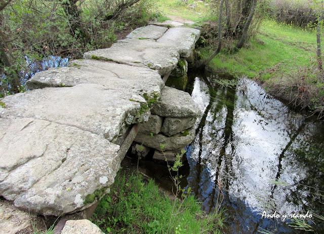 Puente de piedra, puente sobre raíles de tren, río, riachuelo, arroyo de la Moraleja, Fresnedilla de la Oliva. Senda la Puente