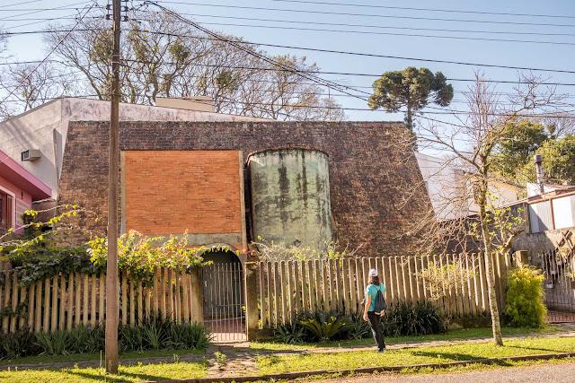 Um telhado, um paralelepípedo e um cilindro
