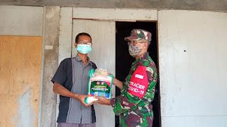 Babinsa Serka Markuat anggota Koramil 05/Mayong bagikan paket sembako berupa beras, kepada warga Desa Tunggul Pandean