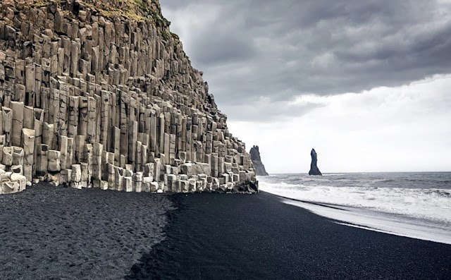 Η μαύρη παραλία στην Ισλανδία που αποτέλεσε φυσικό σκηνικό για το Game of Thrones και το Star Wars