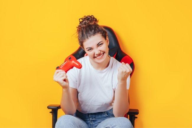 Garota em uma das melhores cadeiras gamer abaixo de 1000 reais