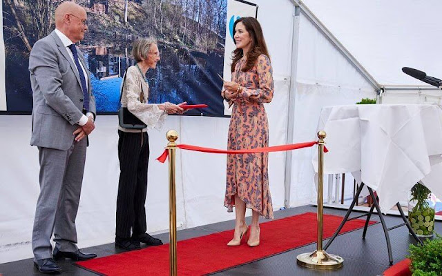 Crown Princess Mary wore a floral silk dress from H&M, and flesh-colored leathers pumps from Gianvito Rossi.