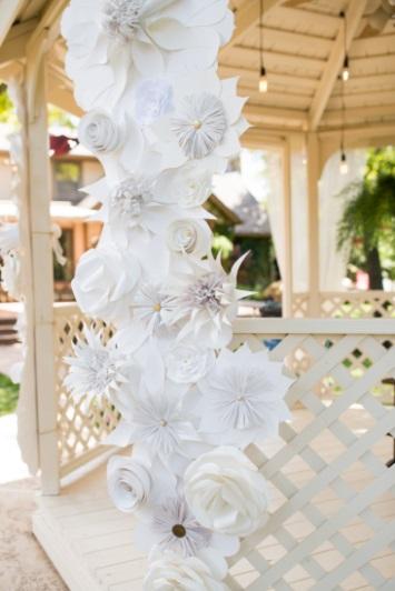 decoration mariage portique pergola fleurs en papier géantes