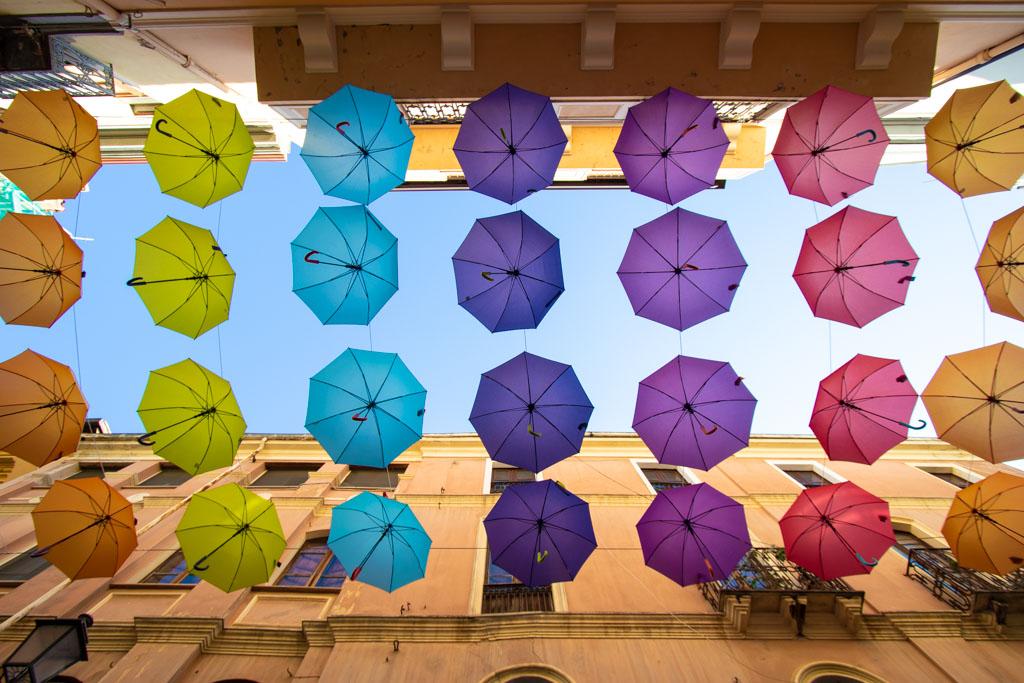 Ombrelli colorati in via Giacomo Matteotti ad Iglesias