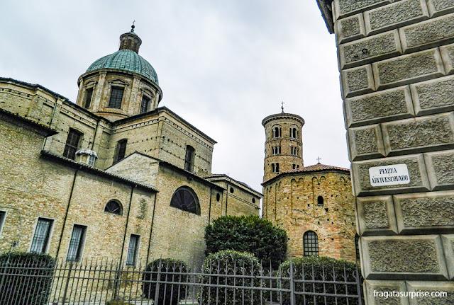 Piazza Arcivescovado e a Catedral de Ravena, Itália