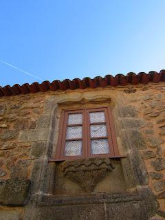 janela de aldeia, com cortina de crochet