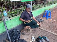 Tukang Sol Sepatu yang Terus Berjuang Demi Keluarga