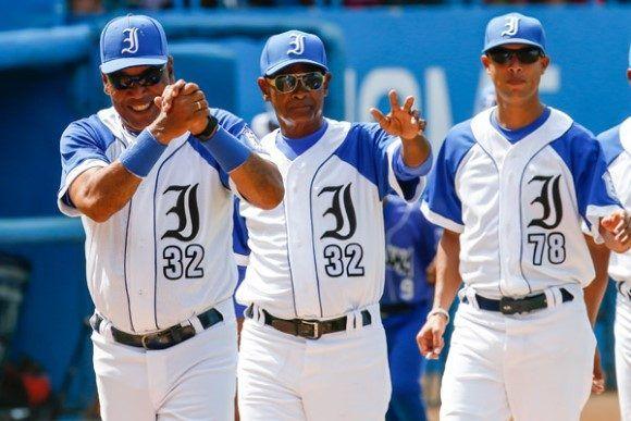 Entre las miles de incongruencias del beisbol cubano está la poca uniformidad de los uniformes y los números repetidos. En Industriales, por ejemplo, hay tres 32 y dos 22