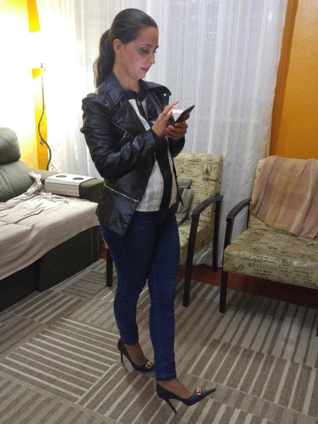 Jaqueta de couro, skinny jeans e scarpin