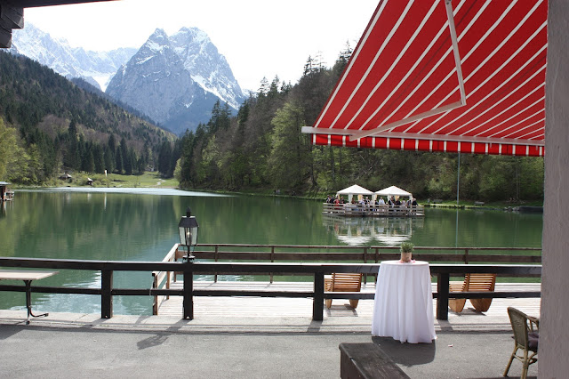 Flossfahrt auf dem Riessersee, Hochzeit in Pastell, zauberhaft heiraten mit zarten Farben, Riessersee Hotel Garmisch-Partenkirchen, Hochzeitslocation am See in den Bergen, Maihochzeit 2017