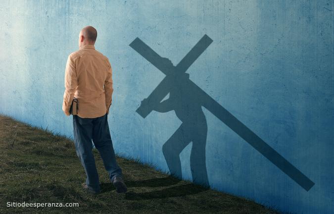 Hombre cargando cruz