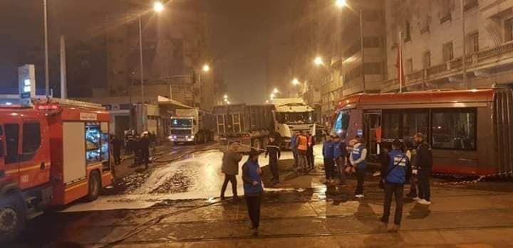 حادثة سير خطيرة بين الطرامواي وشاحنة كبيرة تشل الدار البيضاء (صور+ فيديو)