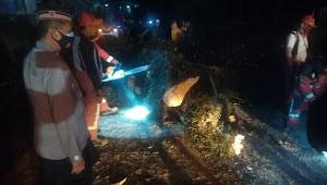 Satu Orang Meninggal Akiabat Pohon Tumbang, Kapolsek Soreang Polresta Bandung Tinjau TKP
